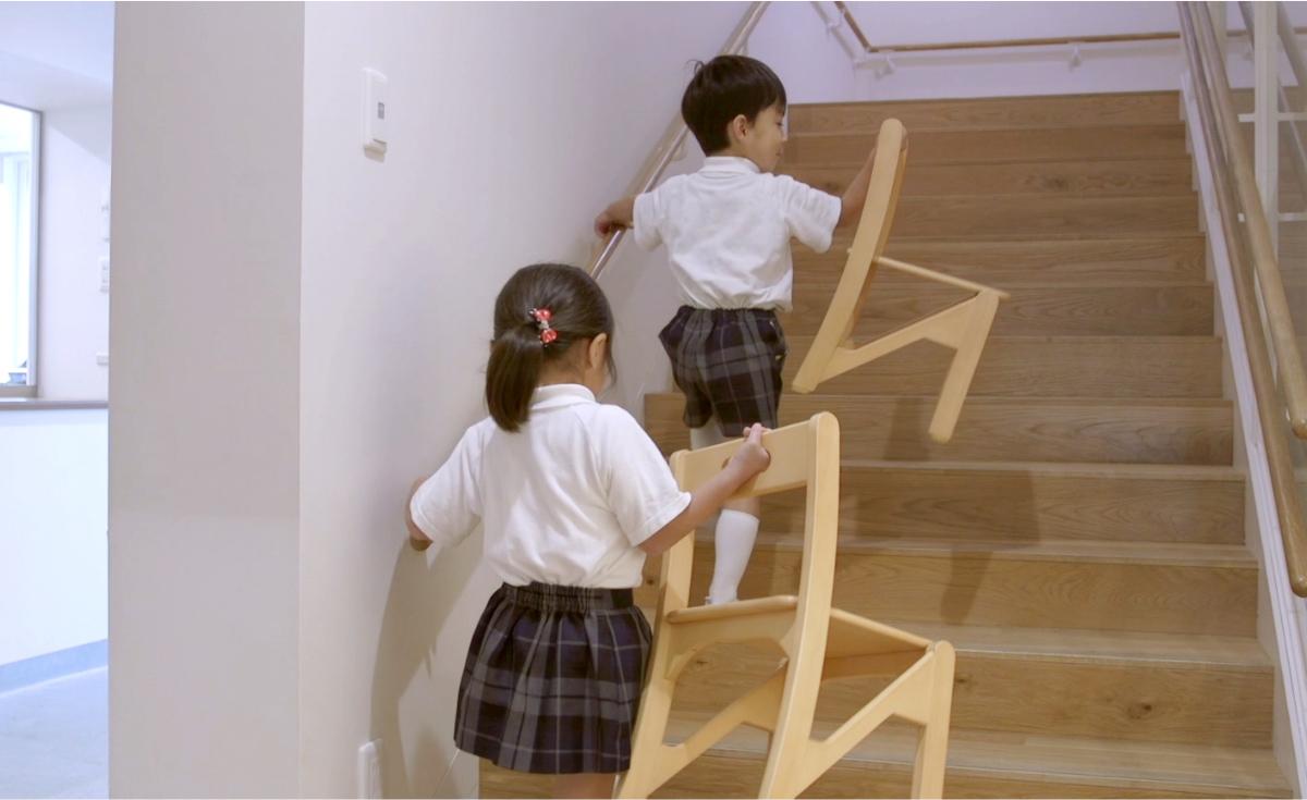 椅子を片手で運べるため、階段の上り下りも楽に行えます