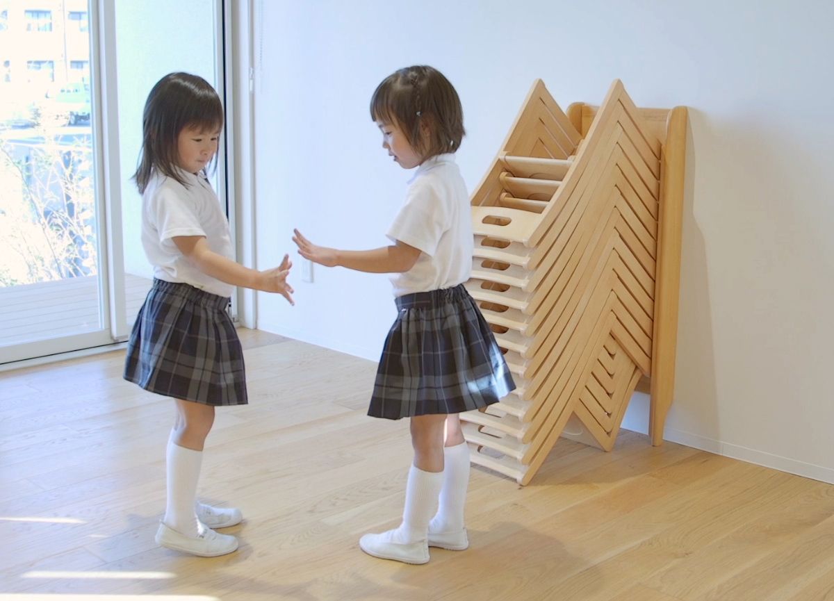 安全に積み重ねられる幼児椅子
